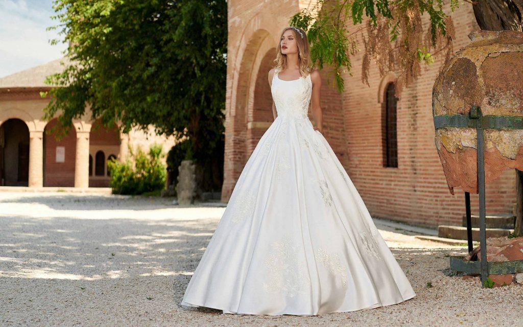 entru început este important să înțelegi că dacă tu îți dorești cu adevărat un anumit model și ești hotărâtă, nu trebuie să respecți în mod obligatoriu tiparele. În esență, nu există reguli, ci doar recomandări și păreri din partea specialiștilor. Cu toate acestea, dacă încă nu te-ai hotărât, ar fi recomandat să ai în vedere următoarele aspecte atunci când vine vorba de rochia de mireasă: • rochie de mireasa stil printesa • https://adorasposa.ro/wp-content/uploads/2019/10/Damaris-4-Adora-Sposa-Rochii-de-Mireasa-Bucuresti.jpg